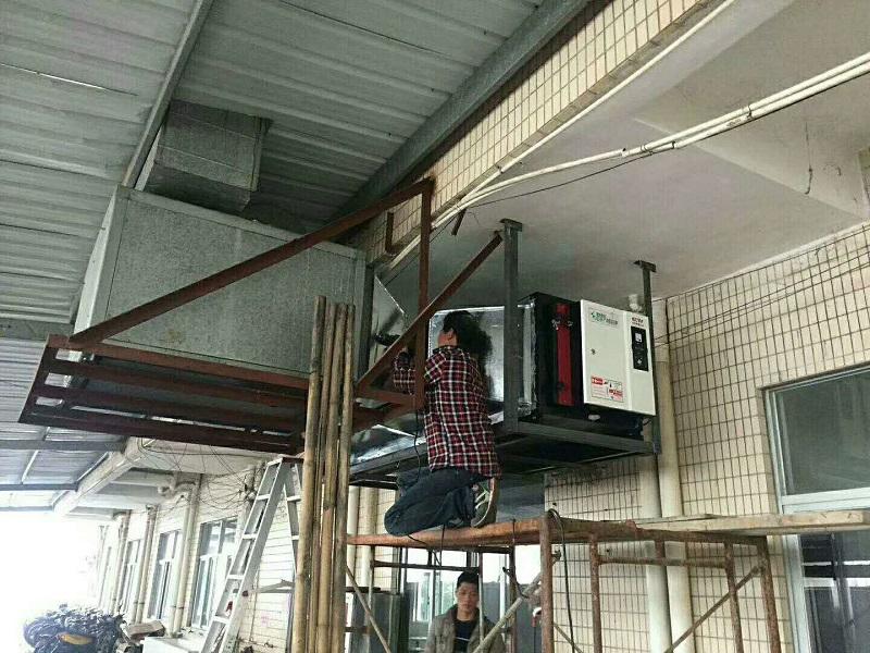 東莞某工廠飯堂油煙凈化器安裝中.jpg